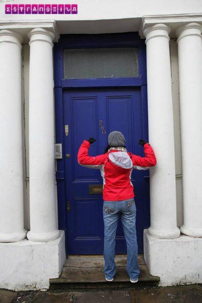 """Essa porta azul é a locação mais famosa e importante do filme """"Um Lugar Chamado Notting Hill"""". E a Gabi está imitando o Spike! Só quem é fã vai entender... :P"""