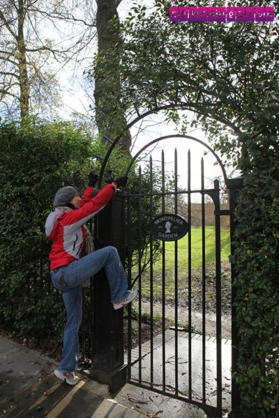 Gabi tentando invadir o jardim particular de Notting Hill (quem viu o filme vai entender!)