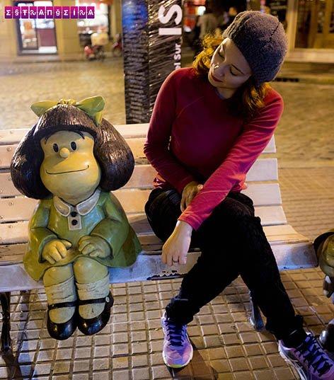 Gabi trocando ideia com a Mafalda na noite portenha