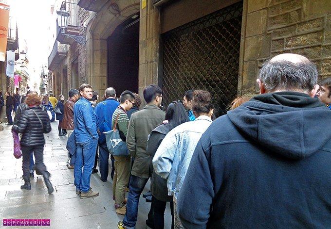 fila na frente do museu - apesar de assustar, a entrada é razoavelmente rápida. Não desanime.