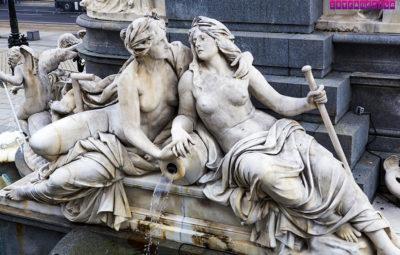 A bela fonte em frente ao Parlamento austríaco