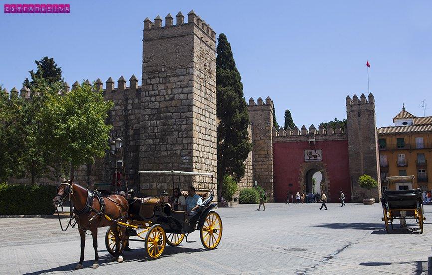 Os muros do Real Alcázar vistos de fora
