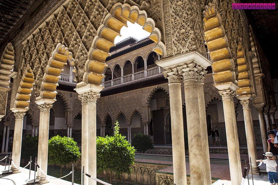 O Real Alcázar de Sevilla e seus arcos em arquitetura mudéjar deixam qualquer visitante apaixonado.