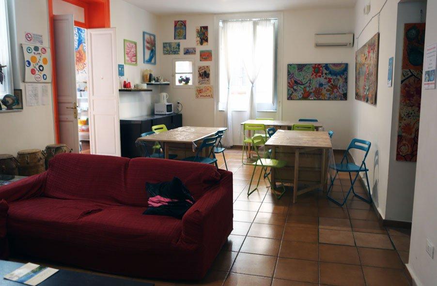 Quem quiser comer no hostel, tem cozinha e várias mesas
