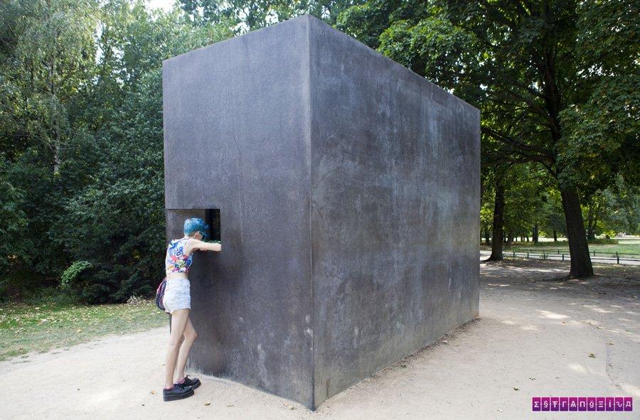Esse cubo preto é o memorial aos homossexuais vítimas do holocausto.