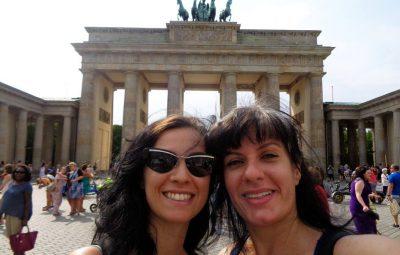 Estrangeiras passeando e se amando no cartão-postal de Berlim!