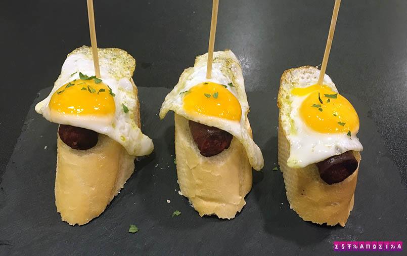 Pintxo de linguiça e ovo de codorna frito
