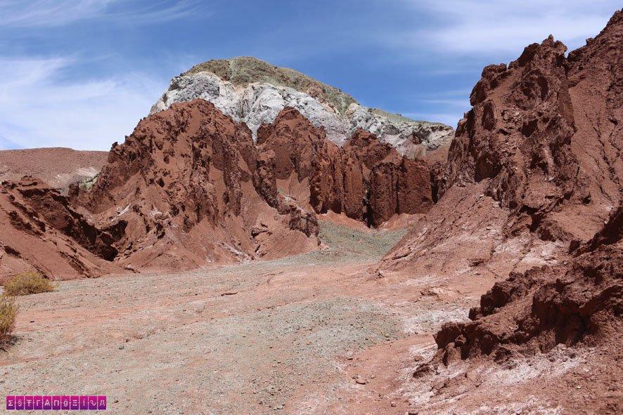 Montanha colorida no Vale do Arco-Íris, Atacama.