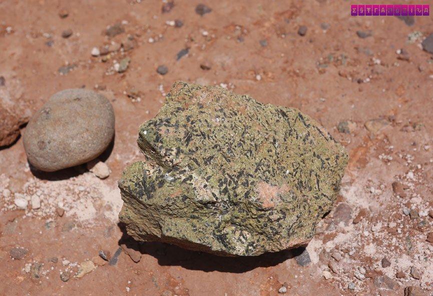 Pedra verde... vimos também pedras vermelhas, brancas, pretas e até azuis!