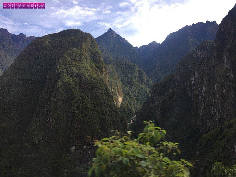 Visual da trilha, descendo de Machu Picchu para Aguas Calientes.