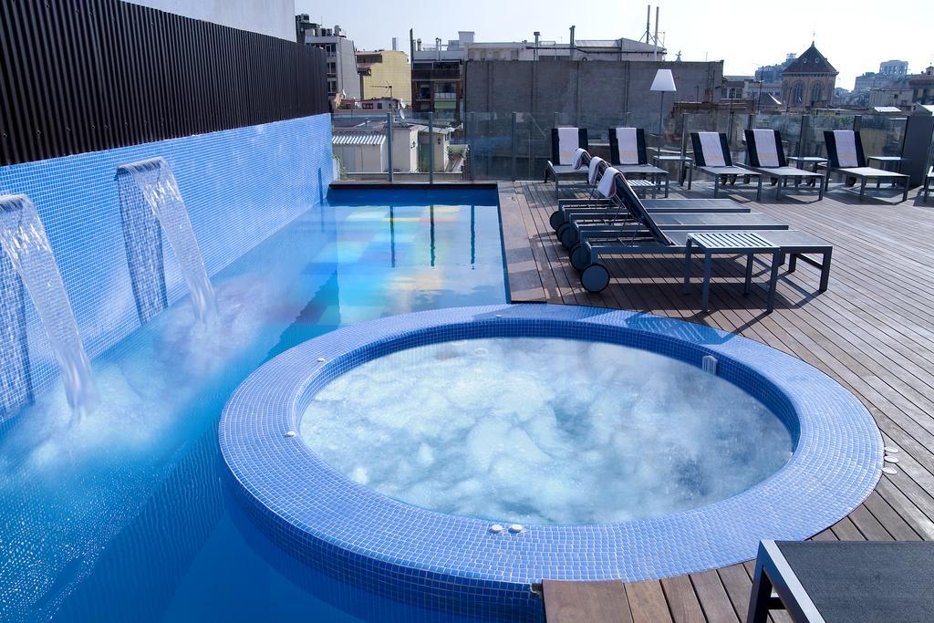 terraco-piscina-hotel-axel-lgbt-barcelona