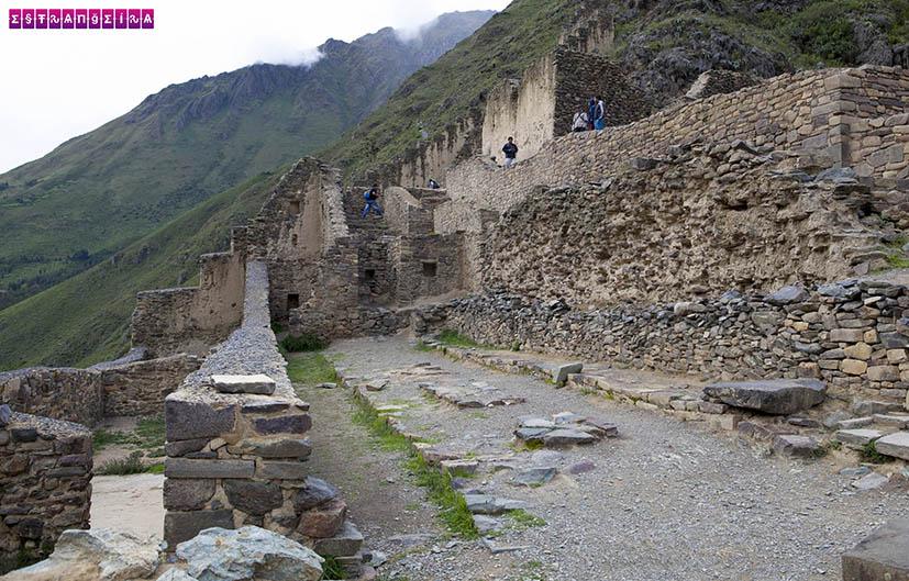 Ruínas lá no topo das escadas de pedra